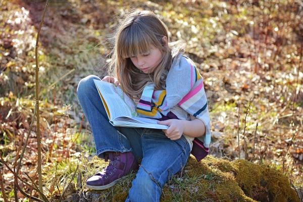 Flicka läser